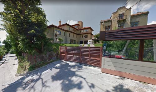 Майже 6 мільйонів річний дохід, елітні авто,  найдешевший з яких оцінюють в 45 тисяч доларів, землі, будинки, - дружина мера Львова найбагатша жінка Заходу